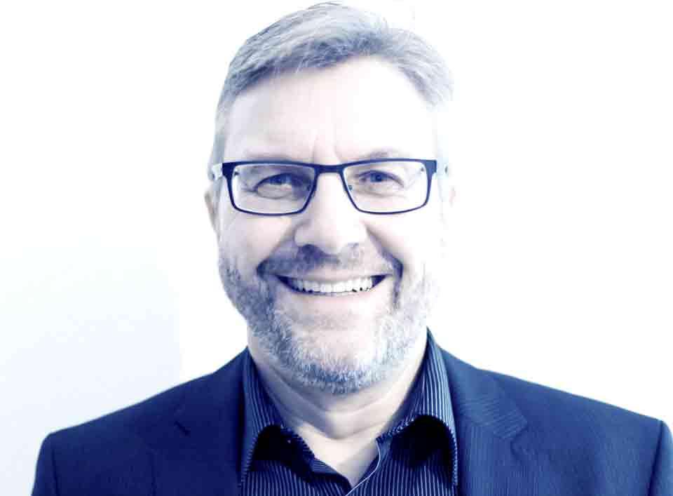 Peter-Klessattel-Portrait-FrontalBlauKlein